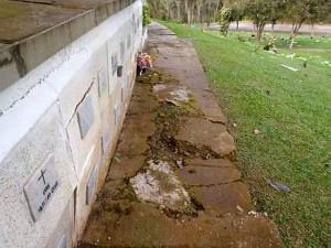 En esta imagen se evidencia la rotura del andén adyacente al muro de osarios. - Suministradas / GENTE DE CABECERA