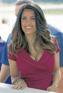 Salma Hayek usa el cabello largo y con ondas