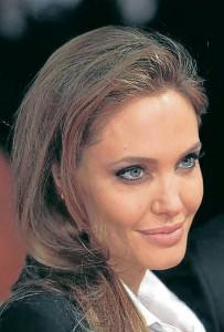 Algelina Jolie tiene un rostro en forma de corazón que sabe destacar