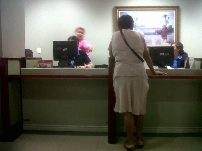 """Suministrada / GENTE DE CABECERA """"Tomé esta foto para identificar el sitio y que por fin las mujeres de uniforme pudieron sentarse a trabajar, a eso de las 7:35 a. m. Mientras tanto los pacientes sufriendo dolores"""", dijo la persona que envió la queja."""