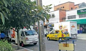 El estacionamiento de algunos vehículos de carga pesada tiene 'en jaque' a los residentes de la carrera 45, en La Floresta. - Suministradas /GENTE DE CABECERA