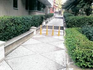 Los tubos estuvieron varios días en el sendero peatonal. - Suministrada / GENTE DE CABECERA