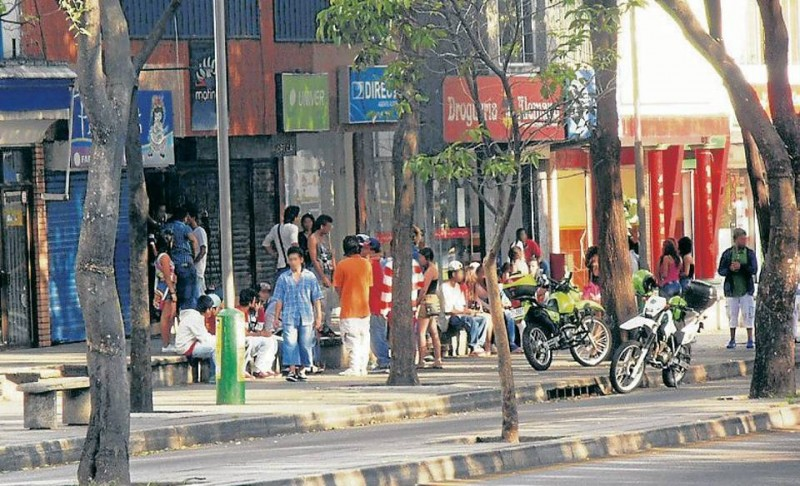 La imagen fue enviada por un residente del sector, quien dice que este es parte del panorama de los fines de semana en la carrera 33 entre calles 52 y 54.