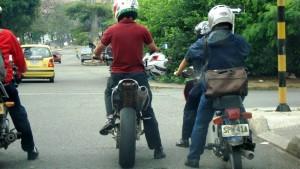 Con la fotografía el lector quiere poner en evidencia las irregularidades entre algunos motociclistas como el de la izquierda. - Suministrada /GENTE DE CABECERA