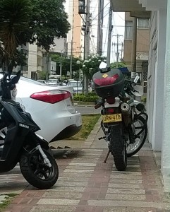 La moto mal estacionada fue dejada allí por un policía. - Suministrada J.Q. / GENTE DE CABECERA