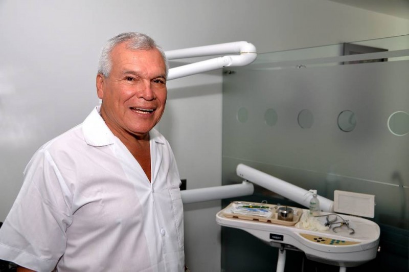 El doctor Alonso Amaya dice que la necesidad de acudir a un odontólogo de antes y ahora es la misma, por salud, aunque resalta la tendencia de estética y belleza de hoy en día