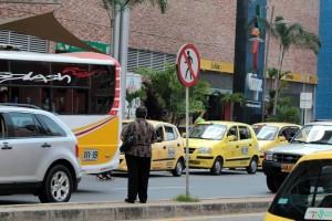 Aunque el cruce es peligroso por el constante paso de vehículos, muchos prefieren arriesgarse en vez de caminar hasta el intercambiador. - Javier Gutiérrez /GENTE DE CABECERA