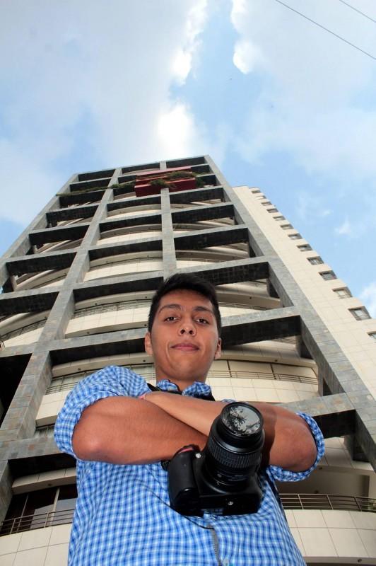 Javier Gutiérrez / GENTE DE CABECERA Su Nikon es su compañera inseparable pues le sirve para guardar imágenes de la ciudad que él sabe le servirán para alimentar el foro mundial que modera.