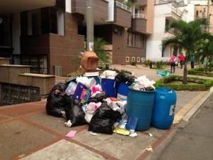 En la calle 42 entre carreras 35 y 35A un lector denunció a quienes sacaron estas basuras fuera del horario indicado por la empresa de aseo.  - Suministrada @Futuraeditor / GENTE DE CABECERA