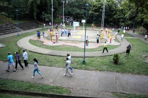 El parque de Los Leones tiene el gimnasio alrededor de una de las canchas