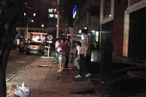 Al cerrar los establecimientos comerciales muchos jóvenes continúan bebiendo licor en la calle