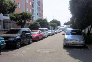 """""""Las fotos enviadas son solo de dos calles, pues las personas que cuidan los carros se molestaron y no pudimos tomar más"""", recalcó la Periodista del Barrio. - Suministrada /GENTE DE CABECERA"""