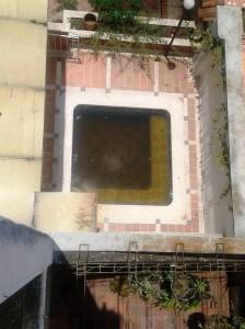 Se ve el jacuzzi lleno de agua estancada. - Suministrada / GENTE DE CABECERA