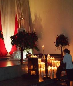 La oración y alabanza ante el Santísimo Monumento es el Jueves Santo en la noche, generalmente se cierran los templos a las 12 a. m.
