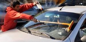 """Algunos residentes se quejan por el """"atrevimiento"""" de algunos lavadores de vidrios que se ubican en los semáforos. - Tomada de Internet /GENTE DE CABECERA"""