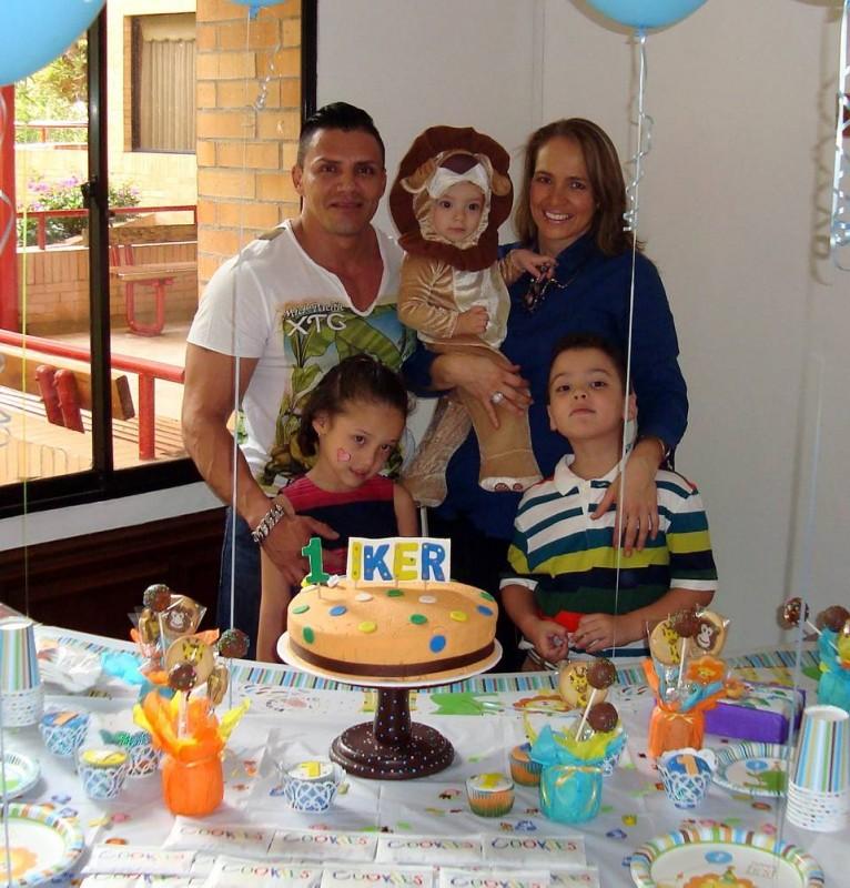 Iker Guerrero Gutiérrez y sus padres Fernando Guerrero y Carolina Gutiérrez junto con sus hermanos Luciana y Fernando. - Suministrada / GENTE DE CABECERA