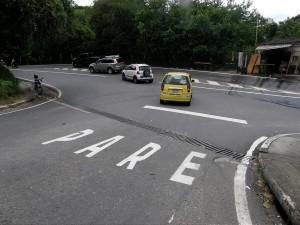 Este es uno de los cruces peligrosos que requieren con urgencia un semáforo o reductor de velocidad - Archivo /GENTE DE CABECERA