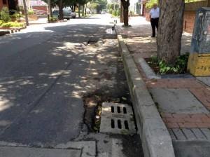 Estas son algunas de las grietas del pavimento de la calle 48 con carrera 27A. - Suministradas M. Meneses / GENTE DE CABECERA