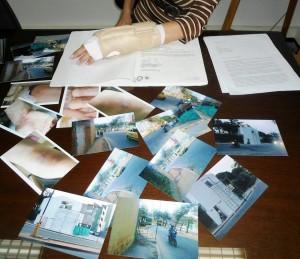 Con fotos y documentos en mano la ciudadana denunció que las heridas que tiene son producto de la falta de vigilancia en la realización de obras en un conjunto del sector. - Tatiana Celis / GENTE DE CABECERA