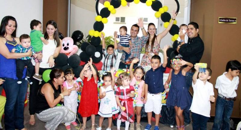 Alejandro Oviedo Rueda, sus padres Lucy Rueda Sarmiento y Carlos Alberto Oviedo, y sus amiguitos. - Suministrada /GENTE DE CABECERA