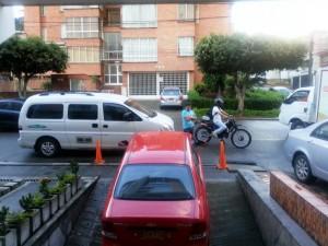 En la foto se observan carros estacionados obstaculizando la salida de vehículos de una edificación residencial vecina. - Suministrada / GENTE DE CABECERA