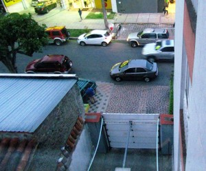 Se observa cómo los carros obstaculizan la salida de un parqueadero de un edificio residencial. - Suministrada / GENTE DE CABECERA