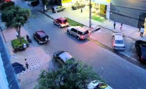 Los carros mal parqueados se ven no solo sobre los andenes, sino sobre la vía. - Suministrada / GENTE DE CABECERA