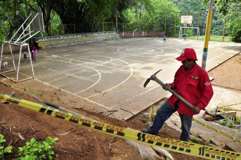 Andelfo Gélvez es desde mediados de febrero el parquero asignado por la Alcaldía de Bucaramanga. Él se encarga de limpiarlo a diario y rociar las matas