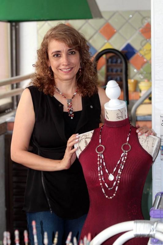 Ruth Margarita Gutiérrez elabora con papel collares que espera dar a conocer en el resto del mundo