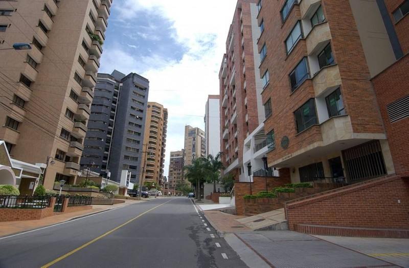 Las nuevas construcciones deberán cumplir con las especificaciones de aislamientros, ya sea laterales (entre uno y otro edificio) y posteriores (frente)