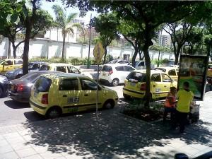 Otro caso es el de los taxistas que se estacionan en plena carrera 33, invadiendo la cebra para peatones.