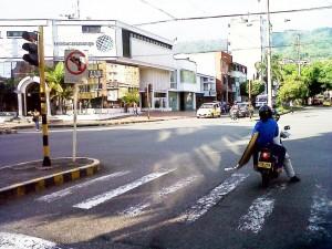 Aunque el semáforo está en rojo este motociclista quiso pasárselo, además invadiendo la cebra que es exclusiva para peatones. - Suministradas /GENTE DE CABECERA