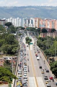 El trancón obligó a muchas personas a tomar la autopista para llegar a sus destinos. - Javier Gutiérrez /GENTE DE CABECERA