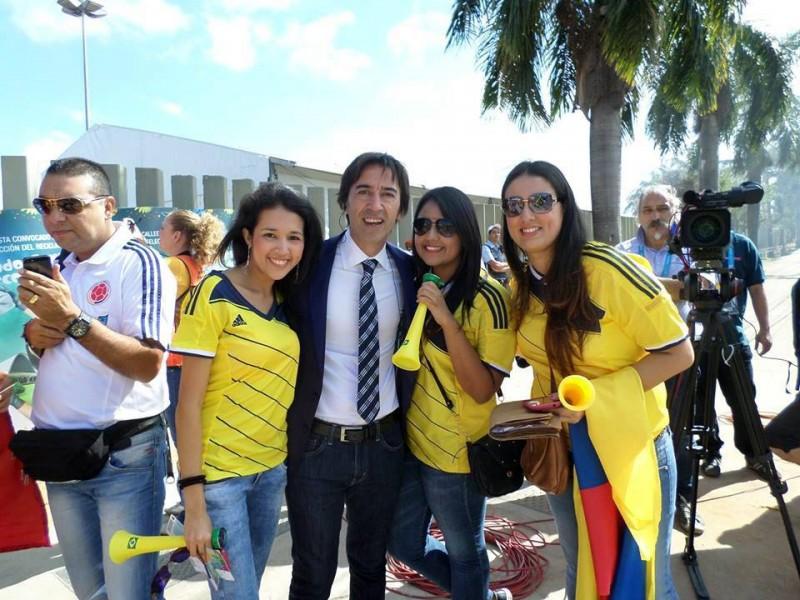 Clara Lisseth Mendoza MartÍnez, Andrea Velasco Corredor y Nidia Milena DomÍnguez se tomaron una foto con Marcelo Bendeto, de Fox Sport, antes de ingresar al partido Colombia - Grecia
