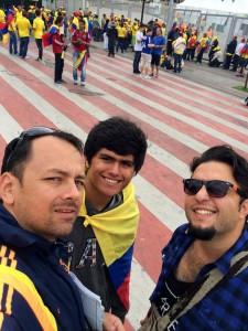 Lennin Pardo junto a sus amigos, minutos previos al encuentro Colombia – Grecia