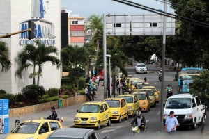 Frente a Megamall muchos taxistas se estacionan sobre la vía, obstruyendo el flujo vehicular. Lo mismo sucede alrededor de Cacique Centro Comercial. - Javier Gutiérrez/ GENTE DE CABECERA