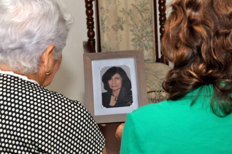 Diana Sandoval y Ofelia de Sandoval recuerdan con tristeza a su familiar Consuelo, quien falleció en un intento de atraco