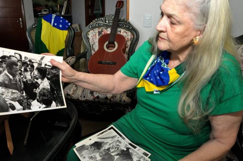 Inés Rossi Cámara nació en el estado de Sao Paulo, en Brasil y vive en Bucaramanga hace 50 años. Aquí mostrando su foto en la que saluda a Pelé, en 1976