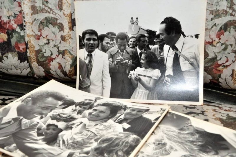 En sus fotos aparecen junto a Pelé sus hijas, su esposo (quien tiene una cámara colgando) y el periodista Luis Enrique Figueroa. Quien espera el autógrafo es Amelia Lucía, su niña.