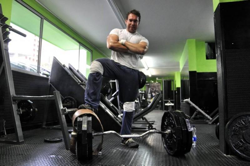 César Alexander lleva varios meses asistiendo al gimnasio. Su mayor anhelo es participar en cometencias de fuerza y para eso se prepara tres veces por semana, eso sí, siguiendo las recomendaciones médicas por su enfermedad: miastenia gravis