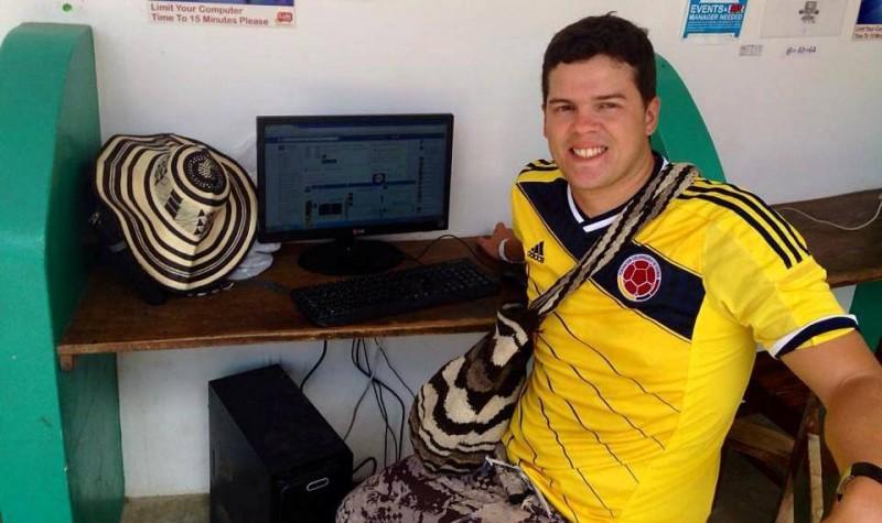 Julián Gómez es egresado del colegio San Pedro Claver. Esta foto se la tomó justo cuando conversaba con nosotros, en la sala de internet del hotel donde se hospedaba, en Máncora, Perú