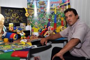 El colorido del escritorio de Javier Gutiérrez llama la atención de odo el que visita la redacción de Vanguardia Liberal.