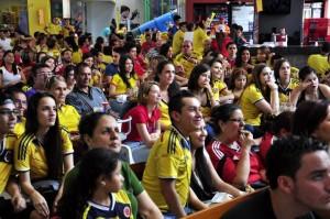 En muchos sitios de Cabecera los hinchas se reúnen y disfrutan con tranquilidad los partidos de la Selección Colombia