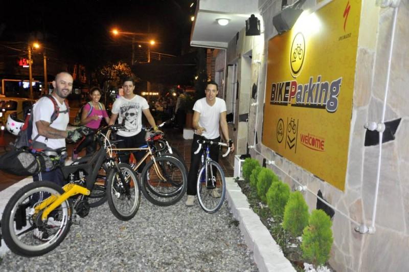 En El Garaje algunos ciclistas llegan a disfrutar de una cena en su bicicleta