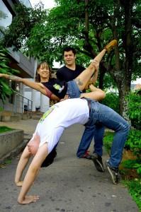 Además de medírsele a la creación de una aplicación, estos profesionales se mueven en grupos de danzas y música.