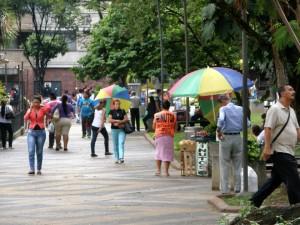 Los vecinos del barrio denuncian que muchos vendedores informales retornaron a sus habituales 'sitios de trabajo', como ocurre en el parque San Pío, sobre la calle 46. - Jaime Del Río / GENTE DE CABECERA