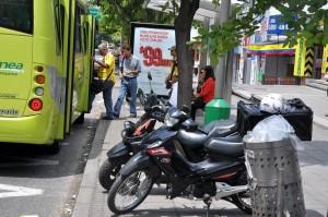 Las motos estacionadas sobre los andenes representan otra manera de invasión de espacio público
