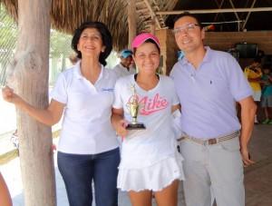 En la premiación: Margarita Arenas de Ducán, directora de la Liga de Tenis del Atlántico; Mariana Álvarez Rueda, subcampeona del certamen, y Walter Castañeda, árbitro del torneo. - Suministrada / GENTE DE CABECERA
