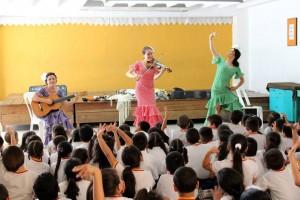 Aquí las españolas compartiendo con los niños de algunas instituciones educativas del sector. - Suministradas / GENTE DE CABECERA