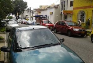 """""""Muchas veces no podemos entrar al edificio por estos carros mal estacionados"""", dice el vecino de Sotomayor."""